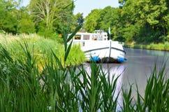 Βάρκα διακοπών στο κανάλι du Midi, κρουαζιέρα οικογενειακού ταξιδιού από το penichette φορτηγίδων, διακοπές στη Γαλλία Στοκ Φωτογραφίες