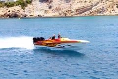 Βάρκα δύναμης τριών μηχανών που πλέει γρήγορα κοντά στην ακτή της Αλικάντε στην Ισπανία στοκ εικόνα με δικαίωμα ελεύθερης χρήσης