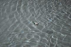 Βάρκα εγγράφου παιχνιδιών Στοκ φωτογραφίες με δικαίωμα ελεύθερης χρήσης
