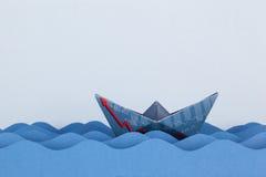 Βάρκα εγγράφου που γίνεται με το οικονομικό έγγραφο Στοκ φωτογραφίες με δικαίωμα ελεύθερης χρήσης