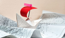 Βάρκα εγγράφου που επιπλέει στα κύματα εγγράφου Στοκ Εικόνα
