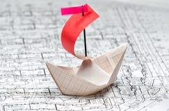 Βάρκα εγγράφου που επιπλέει στα κύματα εγγράφου Στοκ Εικόνες