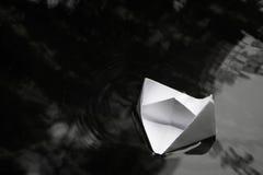 Βάρκα εγγράφου που πλέει με την επιφάνεια νερού Στοκ Φωτογραφίες