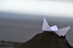Βάρκα εγγράφου στην παραλία Στοκ Φωτογραφία