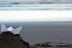 Βάρκα εγγράφου στην παραλία Στοκ Εικόνα