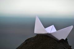 Βάρκα εγγράφου στην παραλία Στοκ φωτογραφίες με δικαίωμα ελεύθερης χρήσης