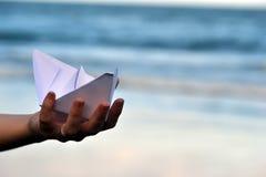 Βάρκα εγγράφου στην παραλία Στοκ εικόνα με δικαίωμα ελεύθερης χρήσης