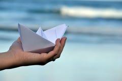 Βάρκα εγγράφου στην παραλία Στοκ Φωτογραφίες
