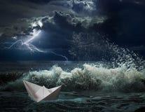Βάρκα εγγράφου στην ωκεάνια θύελλα με και τα κύματα Στοκ εικόνες με δικαίωμα ελεύθερης χρήσης