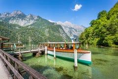 Βάρκα επιβατών στο Koenigssee κοντά σε Berchtesgaden, Βαυαρία, Γερμανία Στοκ φωτογραφία με δικαίωμα ελεύθερης χρήσης