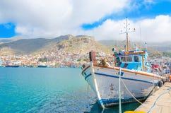 Βάρκα ελληνικού Fishermans που στέκεται στο λιμάνι με το bui λιμένων Στοκ εικόνα με δικαίωμα ελεύθερης χρήσης