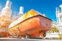 Βάρκα ζωής ή σωσίβιος λέμβος στην υποστήριξη υλικών σκαλωσιάς στην παράκτια πλατφόρμα επεξεργασίας πετρελαίου και φυσικού αερίου  στοκ φωτογραφίες με δικαίωμα ελεύθερης χρήσης