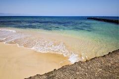 Βάρκα λιμενικών αποβαθρών της Ισπανίας στο μπλε ουρανό  arrecife teguise Στοκ φωτογραφίες με δικαίωμα ελεύθερης χρήσης