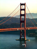 Βάρκα κάτω από τη χρυσή γέφυρα πυλών στοκ εικόνα με δικαίωμα ελεύθερης χρήσης
