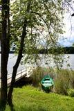 Βάρκα κάτω από το δέντρο Στοκ Εικόνα