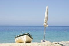 Βάρκα και άσπρη ομπρέλα στοκ φωτογραφίες