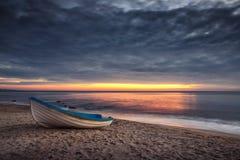 Βάρκα και ανατολή με το δραματικό cloudscape Στοκ φωτογραφίες με δικαίωμα ελεύθερης χρήσης