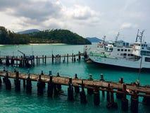 Βάρκα και αποβάθρα στοκ φωτογραφίες με δικαίωμα ελεύθερης χρήσης