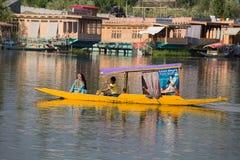 Βάρκα και ινδικοί λαοί στη λίμνη DAL Σπίναγκαρ, κράτος του Τζαμού και Κασμίρ, Ινδία Στοκ φωτογραφία με δικαίωμα ελεύθερης χρήσης