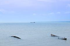 Βάρκα και νησί στη λίμνη Στοκ φωτογραφία με δικαίωμα ελεύθερης χρήσης