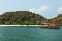 Βάρκα και παραλία τουριστών στο εθνικό θαλάσσιο πάρκο Angthong Στοκ Εικόνες