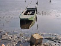 Βάρκα και σημαντήρες για να δέσει τις βάρκες στοκ εικόνα