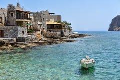 Βάρκα και σπίτια σε Gerolimenas στοκ φωτογραφία με δικαίωμα ελεύθερης χρήσης