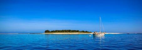 Βάρκα και όμορφο νησί ατολλών των Φίτζι με την άσπρη παραλία Στοκ Φωτογραφίες