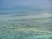 Βάρκα και surfers στα κύματα στοκ φωτογραφίες με δικαίωμα ελεύθερης χρήσης
