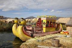 Βάρκα καλάμων στα επιπλέοντα νησιά Uros στη λίμνη Titicaca στοκ εικόνα