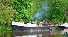 Βάρκα καναλιών στη μόνιμη πρόσδεση στοκ εικόνες