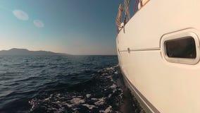 Βάρκα καταμαράν πολυτέλειας που πλέει με τη θάλασσα προς το νησί φιλμ μικρού μήκους