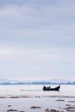 Βάρκα κοντά στην παραλία στη χαμηλή παλίρροια Στοκ εικόνα με δικαίωμα ελεύθερης χρήσης