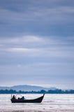 Βάρκα κοντά στην παραλία στη χαμηλή παλίρροια Στοκ Εικόνες