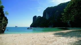 Βάρκα κοντά στην όμορφη τροπική παραλία φιλμ μικρού μήκους
