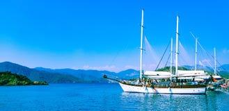 Βάρκα κοντά στο τουρκικό νησί στοκ φωτογραφία με δικαίωμα ελεύθερης χρήσης