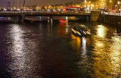 Βάρκα κρουαζιέρας στα κανάλια νύχτας του Άμστερνταμ Στοκ Φωτογραφίες
