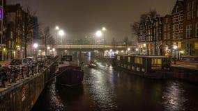 Βάρκα κρουαζιέρας στα κανάλια νύχτας του Άμστερνταμ Στοκ φωτογραφία με δικαίωμα ελεύθερης χρήσης