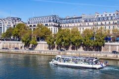 Βάρκα κρουαζιέρας τουριστών στον ποταμό Σηκουάνας Παρίσι στοκ εικόνες