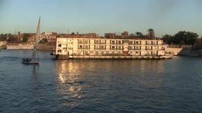 Βάρκα κρουαζιερόπλοιων και πανιών στον ποταμό Νείλος φιλμ μικρού μήκους