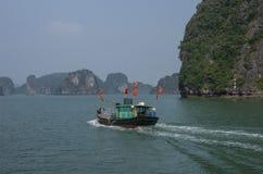 βάρκα κόλπων που αλιεύει το εκτάριο μακρύ Βιετνάμ Στοκ εικόνες με δικαίωμα ελεύθερης χρήσης