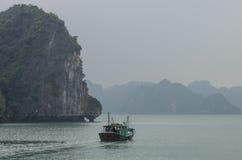 βάρκα κόλπων που αλιεύει το εκτάριο μακρύ Βιετνάμ Στοκ Φωτογραφίες