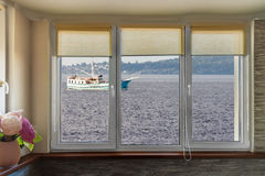 Βάρκα μέσω των παραθύρων Στοκ Εικόνες