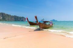 Βάρκα μακρύς-ουρών στην παραλία AO Nang, Krabi, Ταϊλάνδη Στοκ εικόνα με δικαίωμα ελεύθερης χρήσης