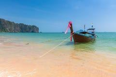 Βάρκα μακρύς-ουρών στην παραλία AO Nang, Krabi, Ταϊλάνδη Στοκ εικόνες με δικαίωμα ελεύθερης χρήσης