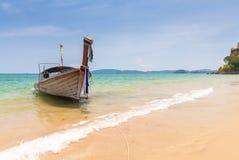 Βάρκα μακρύς-ουρών στην παραλία AO Nang, Krabi, Ταϊλάνδη Στοκ Εικόνα