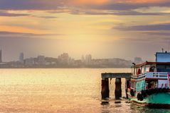 Βάρκα μεταφορών που περιμένει να ελλιμενίσει τη μετάβαση στη μεγάλη πόλη στοκ εικόνα