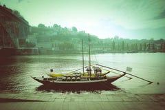 Βάρκα με τα βαρέλια του κρασιού στο αγκυροβόλιο Ποταμός Douro πόλη Por Στοκ Φωτογραφία