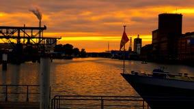 Βάρκα με τη σημαία στο ηλιοβασίλεμα Καρλσρούη Λιμένας απόθεμα βίντεο