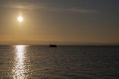 Βάρκα με τους ανθρώπους σε Albufera της Βαλένθια στο ηλιοβασίλεμα στοκ εικόνες με δικαίωμα ελεύθερης χρήσης
